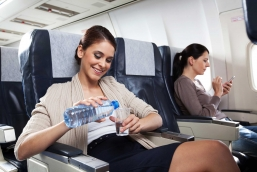 Как защитить глаза от сухости во время полета на самолете?